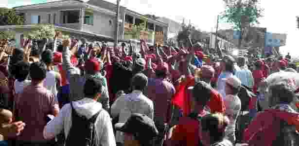 8.abr.2018 - Por volta das 9h30, um grupo de cerca de cem pessoas saudou Lula. Os manifestantes são apoiadores do ex-presidente, que, em função de decisão da Justiça paranaense, estão na rua doutor Barreto Coutinho, a cerca de 150 metros do prédio da PF - J.F.Diorio/Estadão Conteúdo - J.F.Diorio/Estadão Conteúdo