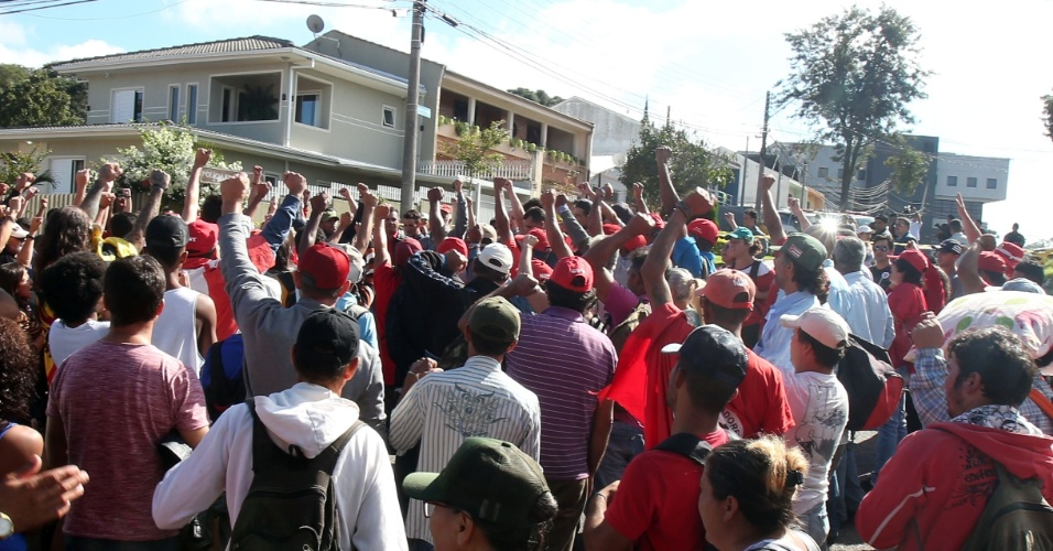 8.abr.2018 - Por volta das 9h30, um grupo de cerca de cem pessoas saudou Lula. Os manifestantes são apoiadores do ex-presidente, que, em função de decisão da Justiça paranaense, estão na rua doutor Barreto Coutinho, a cerca de 150 metros do prédio da PF