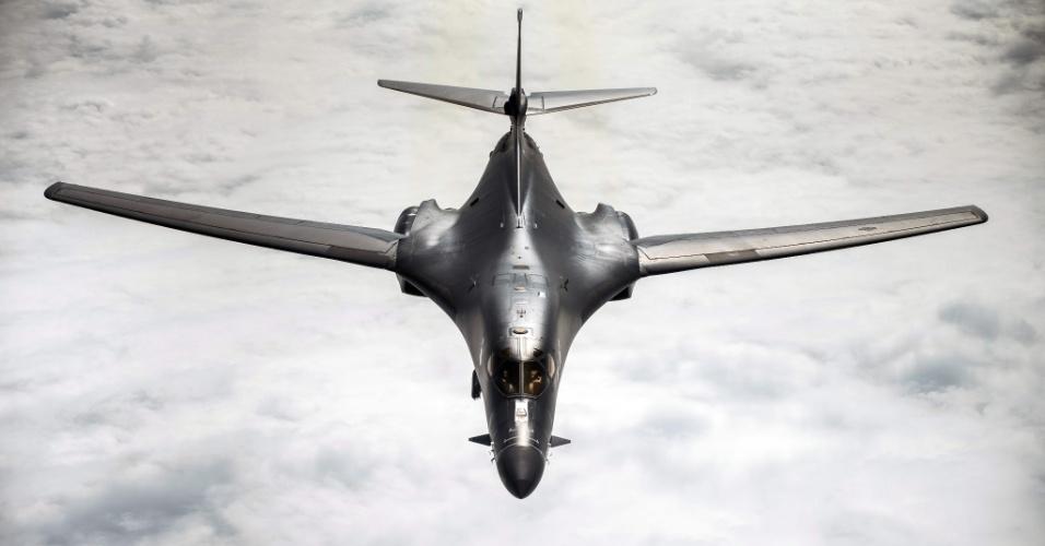 14.abr.2018 - Imagem divulgada pelo governo norte-americano mostra o avião bombardeiro B-1B Lancer voando no mar da China em janeiro deste ano. Aeronaves do tipo foram utilizadas no ataque contra a Síria liderado pelos EUA na sexta-feira (13)