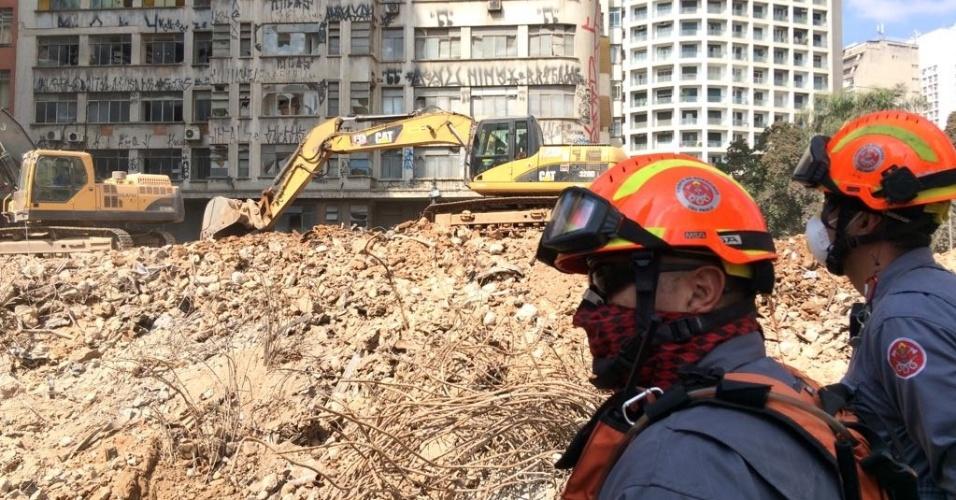 10.mai.2018 - Escombros do desabamento do prédio no centro de São Paulo