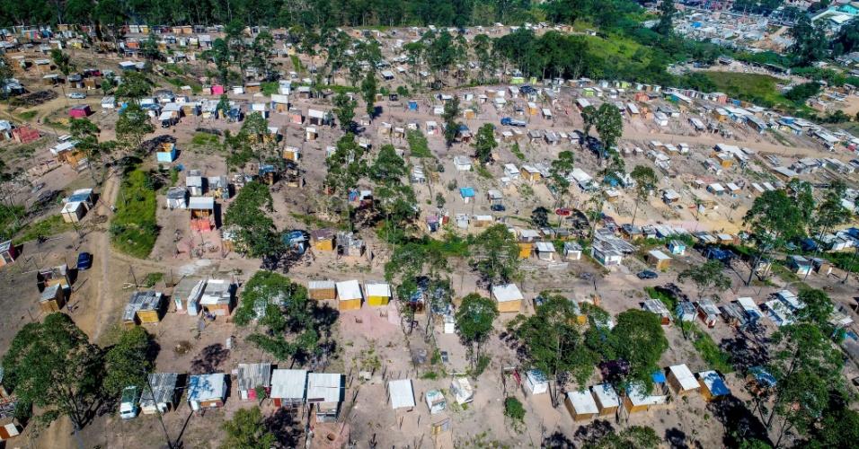 10.mai.2018 - Imagem aérea de ocupação em morro ao lado de piscinão, no Iguatemi, no extremo leste de São Paulo