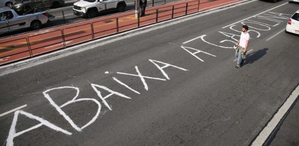 """Manifestante faz pichação no asfalto da Avenida Paulista com a mensagem """"Abaixa a gasolina"""""""