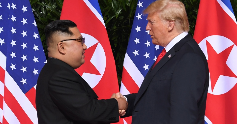 11.jun.2018 - Donald Trump e Kim Jong-un se cumprimentam com um aperto de mão em encontro histórico após décadas de tensões provocadas pelas ambições nucleares de Pyongyang