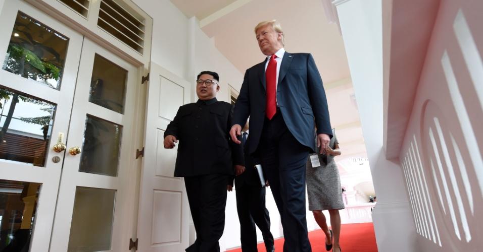 11.jun.2018 - O líder da Coreia do Norte, Kim Jong-un, acompanha o presidente dos EUA, Donald Trump, no início da histórica cúpula EUA-Coreia do Norte realizada no Hotel Capella, na ilha de Sentosa, em Singapura