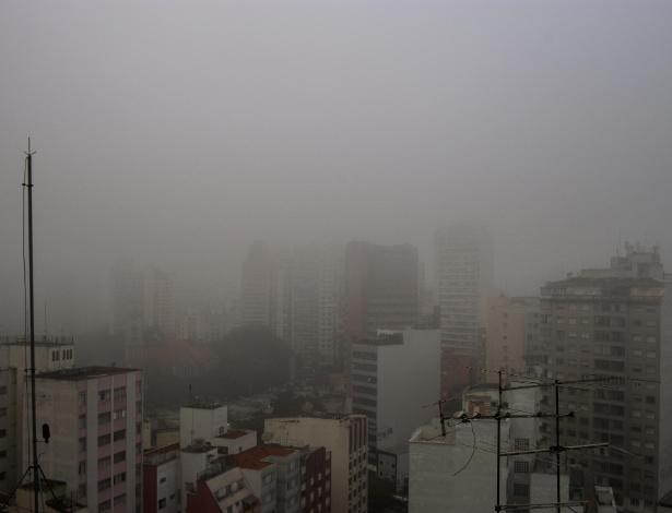 Uma intensa neblina encobre a cidade de São Paulo, vista a partir da região da Consolação, na zona central da capital -  DARIO OLIVEIRA/ESTADÃO