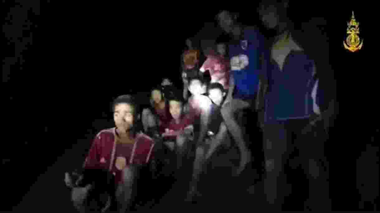Momento em que mergulhadores encontram os 12 meninos e o treinador agrupados em uma pequena laje no interior da caverna, após 9 dias - AFP-Royal Thai Navy