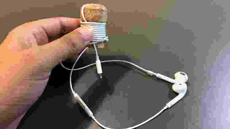Enrolar o fio em uma rolha pode te livrar do sofrimento de ter que desembaraçar o cabo toda vez que tiver de usá-lo - Helton Simões Gomes/UOL Tecnologia