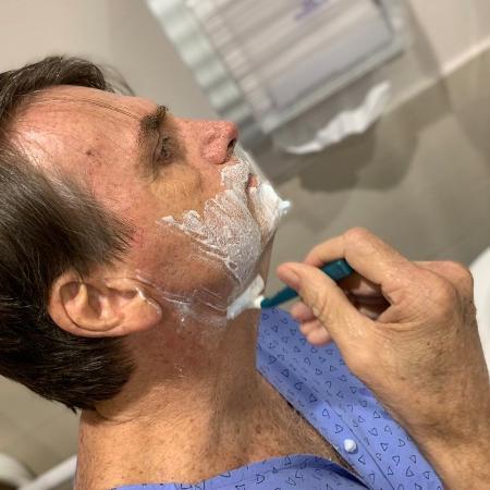 O presidente Jair Bolsonaro postou foto fazendo a barba no hospital - Reprodução/Twitter