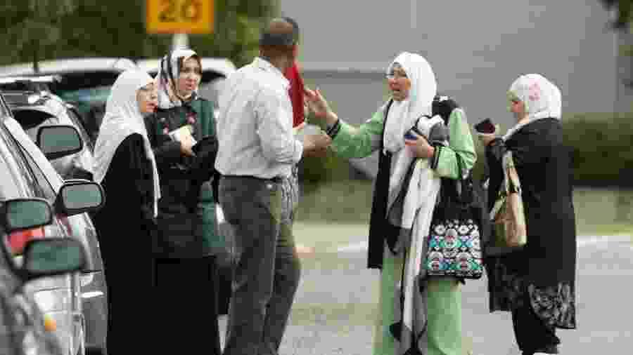 Membros de uma família reagem do lado de fora da mesquita após um ataque a tiros na mesquita Al Noor em Christchurch, Nova Zelândia - Martin Hunter/SNPA/Reuters