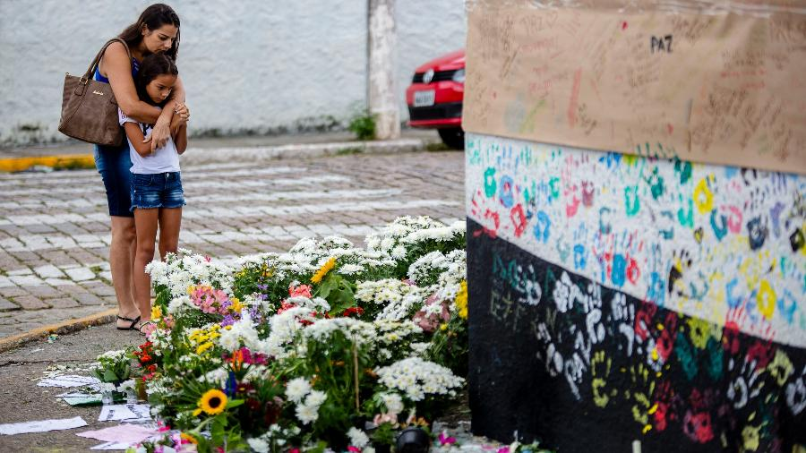 População presta homenagens às vítimas do massacre em Suzano em memorial montado no muro da Escola Estadual Raul Brasil na manhã deste sábado (16) - Suamy Beydoun/Agif/Estadão Conteúdo