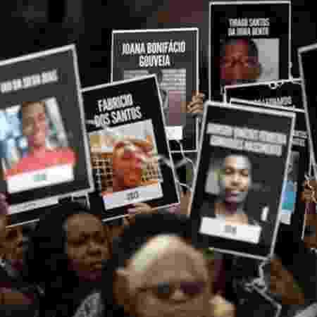 Jovens são as principais alvos de homicídio no país; acima, moradores do Rio levantam cartazes de vítimas da violência em protesto em 26 de maio de 2019 - Reuters
