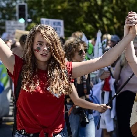 Jovens protestam contra as mudanças climáticas - Google