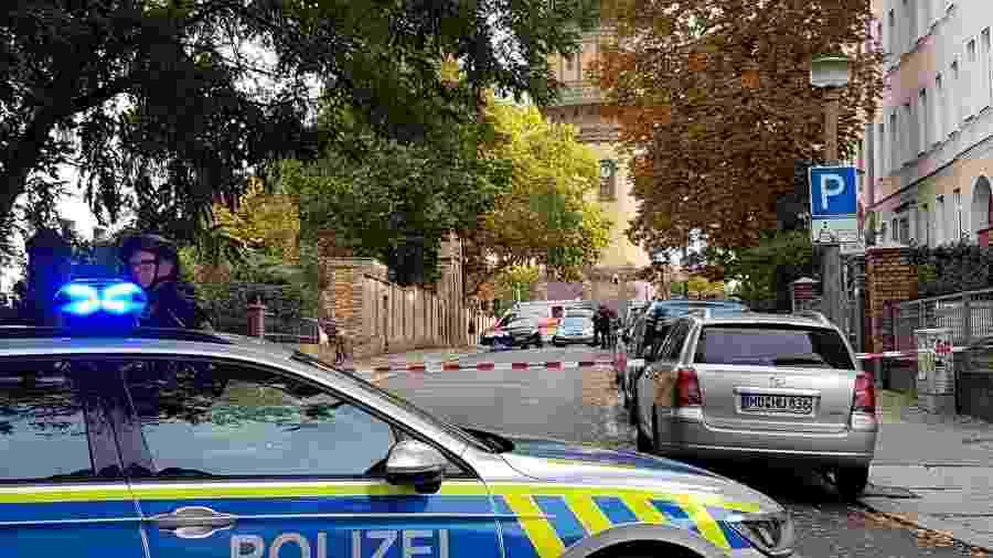 Policiais isolam área onde homens dispararam tiros perto de uma sinagoga em Halle, na Alemanha - Marvin Gaul/Reuters
