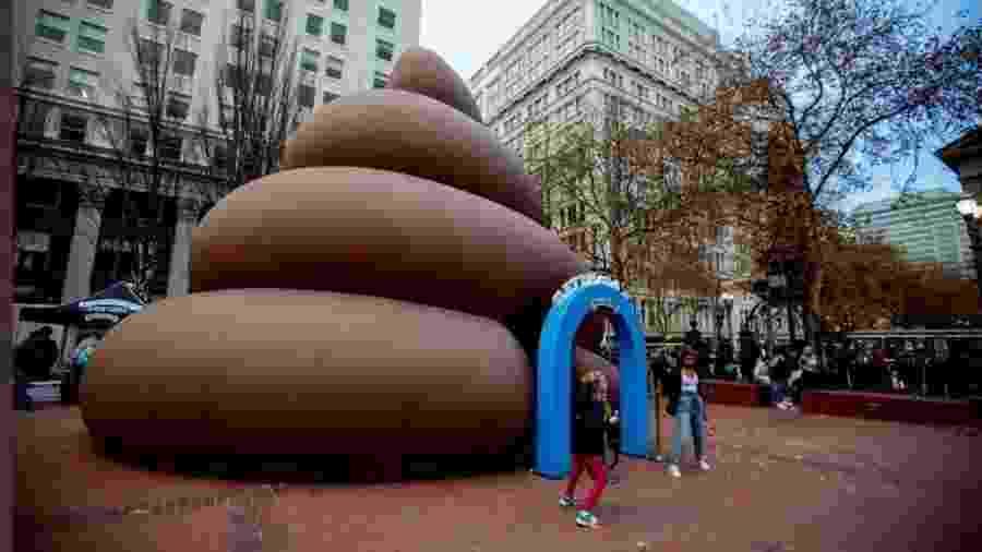 Cocô gigante aparece em Portland (EUA) - Reprodução/Twitter