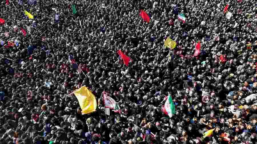 07.jan.2020 - Milhares acompanham o funeral do general Qassim Suleimani em Kerman, no Irã. O corpo do militar chegou à cidade natal dele após três dias de funeral e será enterrado lá - ATTA KENARE / AFP