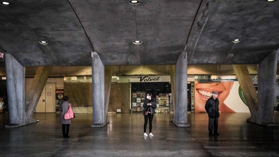 Frequentadores das lojas da estação Oriente, em Lisboa, esperam do lado de fora antes de fazer compras - Mario Cruz/EFE/EPA