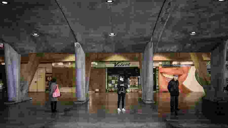3.abr.2020 - Frequentadores das lojas da estação Oriente, em Lisboa, esperam do lado de fora antes de fazer compras - Mario Cruz/EFE/EPA