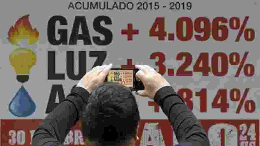 Antes sem dados confiáveis, inflação aumentou vertiginosamente no governo Macri após reajustes, acompanhando a alta do dólar - Getty Images