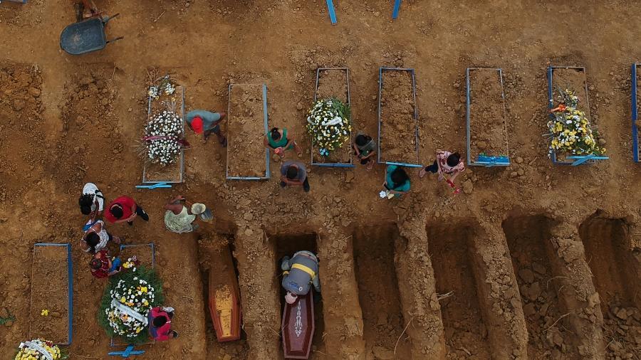 26.fev.21 - Enterros no Cemitério Parque Taruma em Manaus, primeiro estado brasileiro a enfrentar colapso no sistema de saúde - Bruno Kelly/Reuters