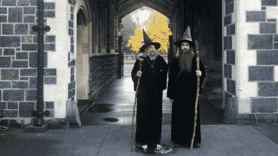 O mago britânico Ian Brackenbury Channell e seu aprendiz, Ari Freeman, em Christchurch  - Arquivo pessoal/CNN