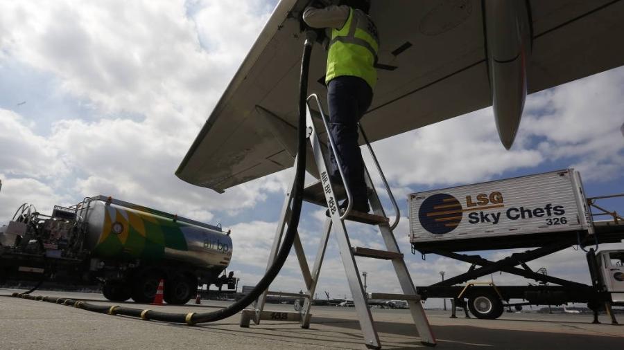 Abastecimento de aeronave no aeroporto de Guarulhos - Joel Silva/Folhapress