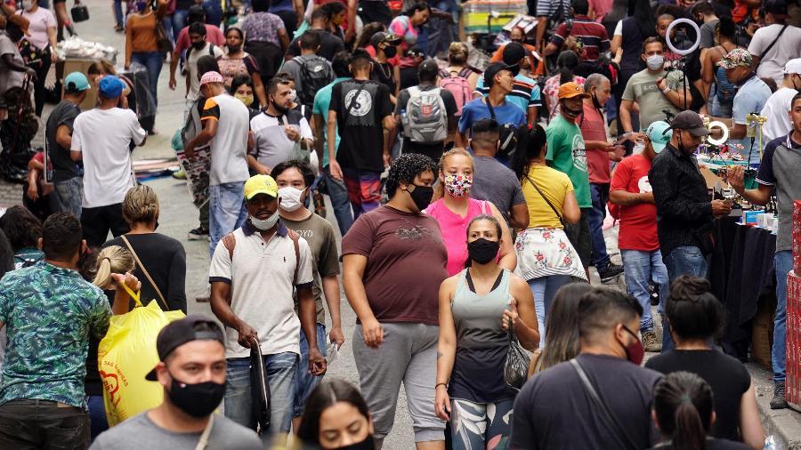 8.dez.2020 - Em São Paulo, Rua 25 de Março tem movimentação intensa, mesmo em meio à pandemia - Cris Fraga/Estadão Conteúdo