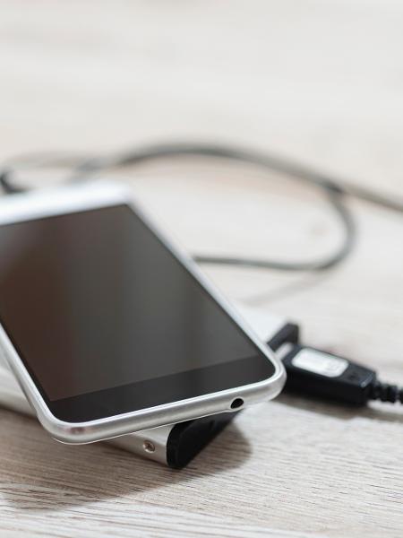 Carregador portátil para smartphones virou item necessário para quem usa muito o aparelho - Getty Images