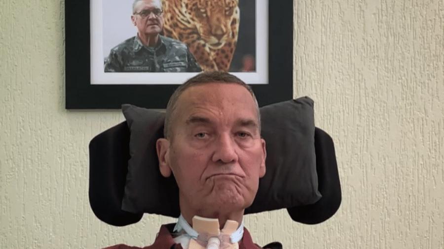 O general sofre de esclerose lateral amiotrófica e usa aparelhos para se comunicar - Reprodução