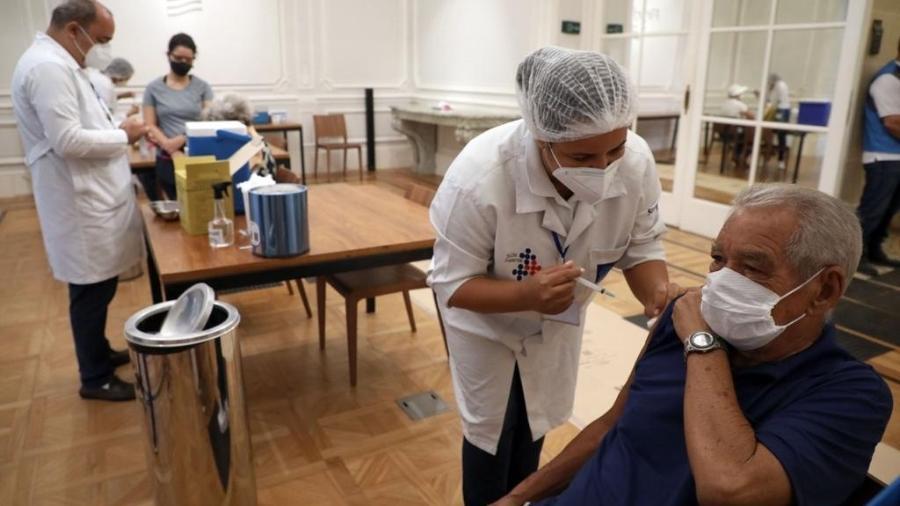Segundo o RAF, o Brasil experimenta um ritmo lento da vacinação, com 780 mil doses ao dia - Fabio Motta / Prefeitura do Rio