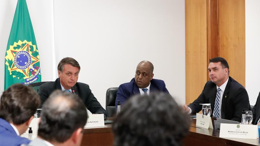 Marcelo Magalhães (ao centro) com o presidente Jair Bolsonaro e o senador Flávio Bolsonaro durante audiência - Alan Santos/Presidência da República