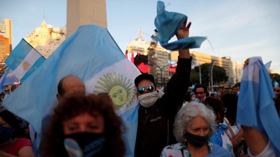 17.abr.2021 - Manifestantes protestam contra as medidas de restrição impostas pelo presidente Alberto Fernández para conter a covid-19, em Buenos Aires - Agustin Marcarian/Reuters