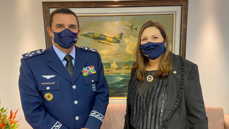 A deputada Bia Kicis (PSL-DF) e o comandante da Aeronáutica, brigadeiro Carlos de Almeida Baptista Junior - Reprodução/Twitter