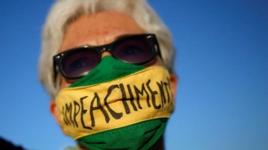 """Manifestante em Brasília, em ato durante a apresentação do """"superpedido"""" de impeachment contra Bolsonaro - Reuters"""