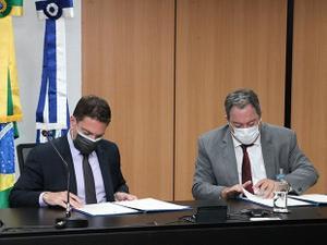 O conselheiro do CNMP, Marcelo Weitzel (de máscara branca), assina acordo com o diretor da Abin, Alexandre Ramagem - Divulgação/CNMP - Divulgação/CNMP