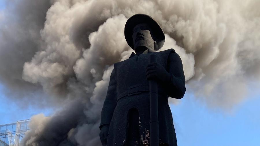 Estátua do Borba Gato em chamas na tarde de sábado (24) - Gabriel Schlickmann/Ishoot/Estadão Conteúdo