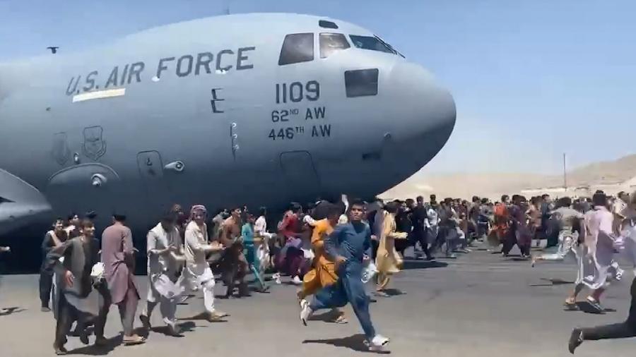 Após a tomada de poder pelo Talibã, centenas de pessoas ocuparam o aeroporto de Cabul tentando deixar o Afeganistão - Reprodução