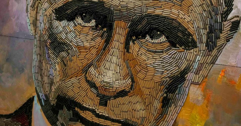 """27.julk.2015 - Retrato do presidente da Rússia,Vladmir Putin, feito com cartuchos de balas e intitulado """"The face of the War"""" (A face da guerra, em tradução livre), da artista Dariya Marchenko, é exposto em Kiev, na Ucrânia"""