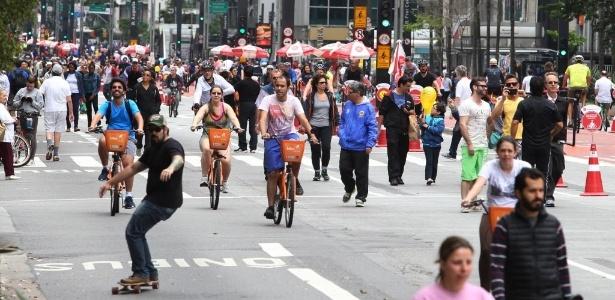"""Ciclistas, pedestres e skatistas circulam pela avenida Paulista, na região central de São Paulo, durante a vigência do programa """"Ruas Abertas"""" - Junior Lago/UOL"""