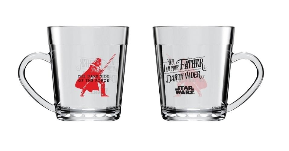 """Canecas Nadir Figueiredoem estilo retrô, com ilustrações de Darth Vader, com as inscrições """"The dark side of the force"""" e a famosa frase """"No. I am your father"""", ambas ao preço sugerido de R$ 14,90 cada"""
