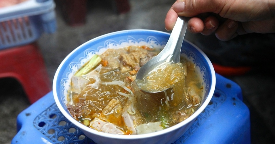 13.dez.2015 - Abaixo a gourmetização! Em Hanói, no Vietnã, o gostoso mesmo é comprar e comer o tradicional prato de