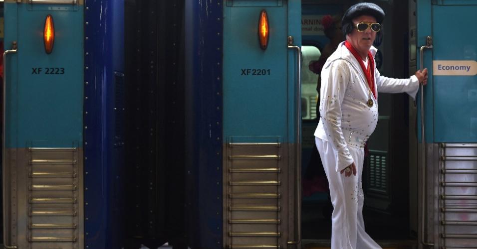 7.jan.2016 - Fã do cantor Elvis Presley posa para foto a bordo do Elvis Express, na estação Central de Sydney (Austrália). O trem vai para Festival Elvis Parkes, na cidade de Parkes