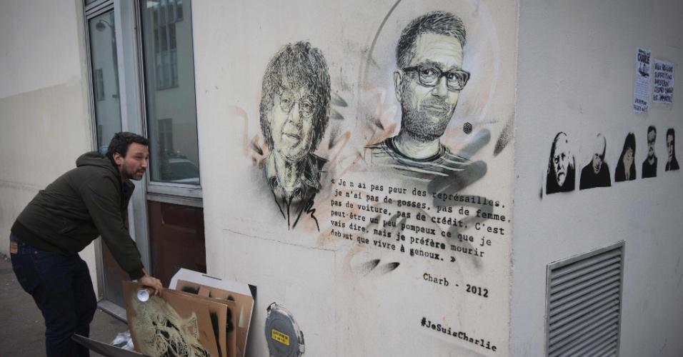 13.jan.2016 - Artista de rua francês Christian Guemy, conhecido como ?C215?, faz retoque final em mural com os rostos dos cartunistas Cabu (esq) e Charb (dir). A arte ficará na parede da antiga sede jornal satírico Charlie Hebdo, onde ambos foram mortos nos ataques terroristas de 7 de janeiro de 2015, em Paris (França)