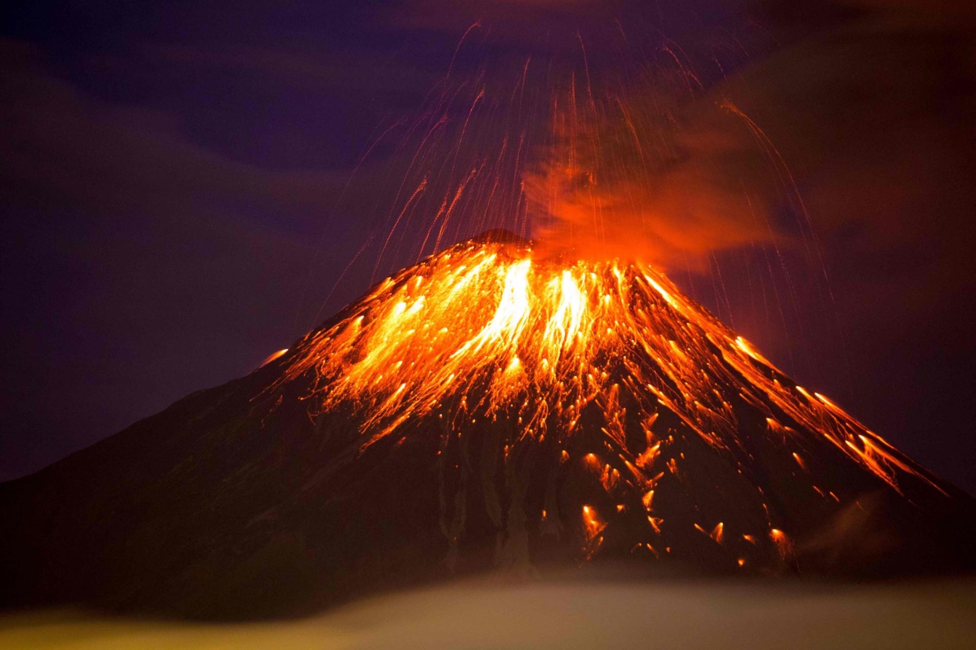 28.fev.2016 - Vulcão Tungurahua expele cinzas e lava em Huambalo, Equador. A erupção afeta as vizinhanças