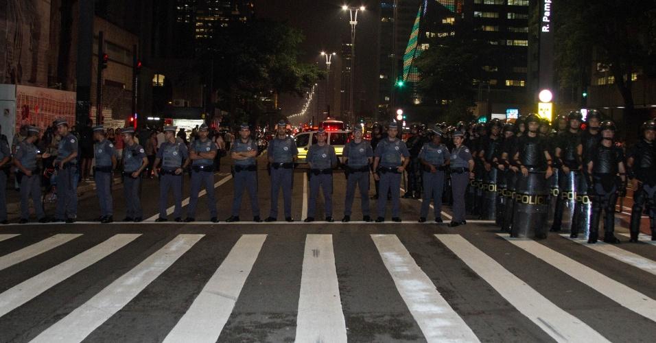 Polícia Militar faz cordão de isolamento durante ato contra o fechamento de salas e a máfia das merendas, na esquina da avenida Brigadeiro Luis Antonio com a avenida Paulista, na cidade de São Paulo (