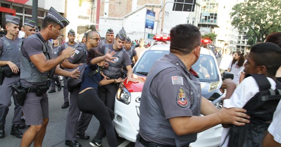 6.abr.2016 - Estudantes secundaristas da Rede Pública de Ensino entram em confronto com a agentes da Polícia Militar no cruzamento das Avenidas Ipiranga e Rio Branco, no centro de São Paulo, durante protesto contra o fechamento de escolas e a máfia da merenda, escândalo de desvio de verba de alimentação escolar pelo governo Geraldo Alckmin e prefeituras, nesta quarta- feira