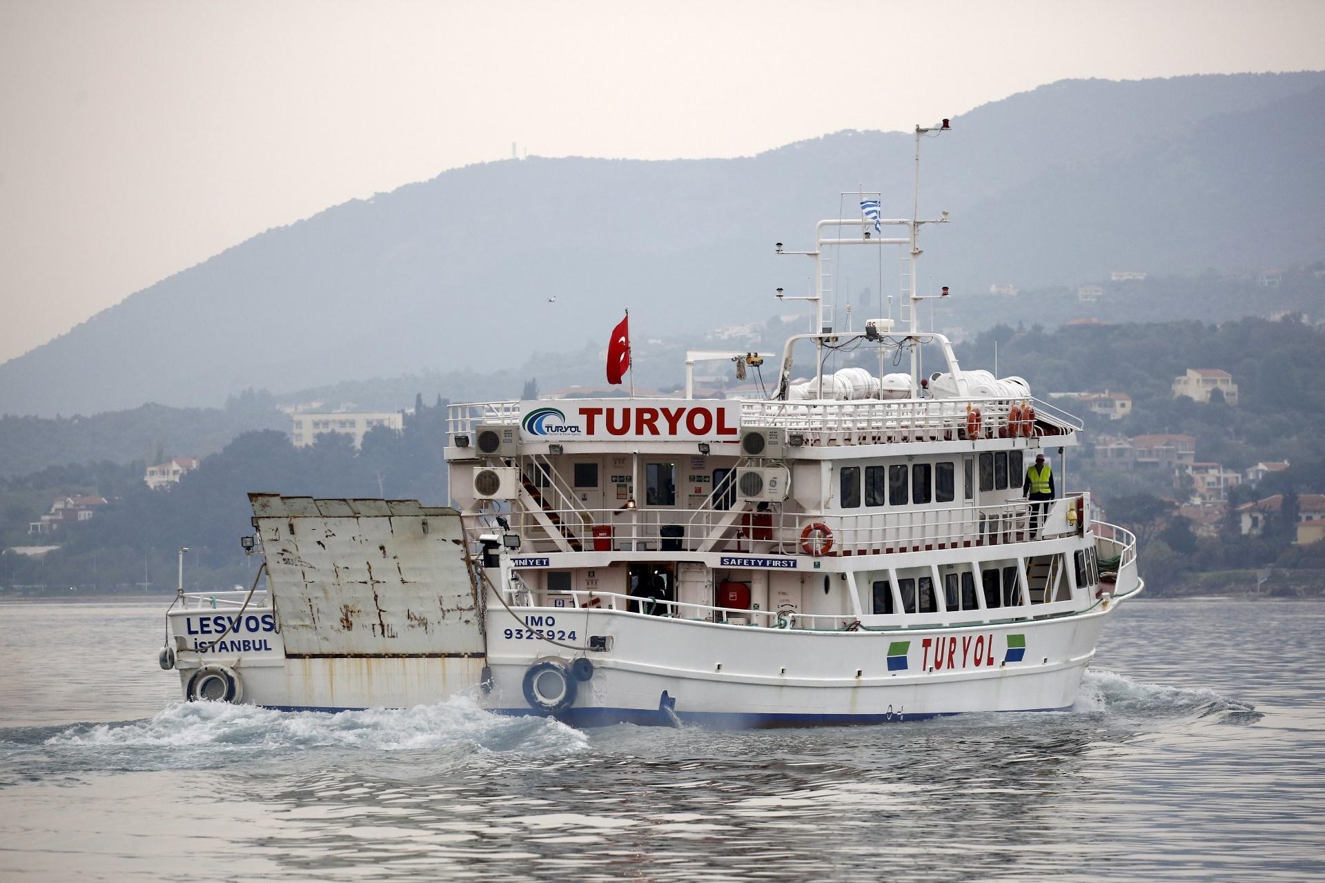 8.abr.2016 - Embarcação de bandeira turca transporta mais um grupo de migrantes e refugiados da Grécia para a Turquia. O governo de Atenas retomou a deportação, que que estava suspensa desde a última segunda-feira, e iniciou a devolução de um total de 140 pessoas desde o começo da manhã desta sexta-feira (8)