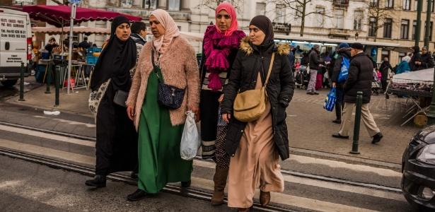 Moradoras passeiam pelo mercado de Molenbeek, em Bruxelas