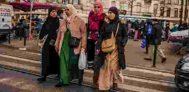 29.mar.2016 - Moradoras passeiam pelo mercado de Molenbeek, em Bruxelas - Daniel Berehulak/The New York Times - Daniel Berehulak/The New York Times
