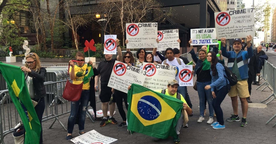 22.abr.2016 - Manifestantes pró-impeachment de Dilma Rousseff protestam em frente à sede da ONU (Organização das Nações Unidas), em Nova York (EUA), antes do discurso da presidente. O grupo se manifestou próximo a outro que protesta contra o impeachment. Houve provocações entre os grupos, mas os protestos foram pacíficos