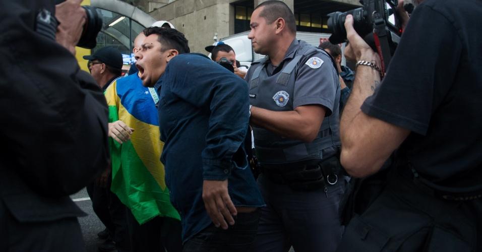 11.mai.2016 - Manifestante contra o impeachment é detido na avenida Paulista, em São Paulo, por violência e desacato à autoridade. Ele teria brigado com pessoas favoráveis ao afastamento da presidente Dilma Rousseff que acampam em frente ao prédio da Fiesp (Federação das Indústrias do Estado de São Paulo)